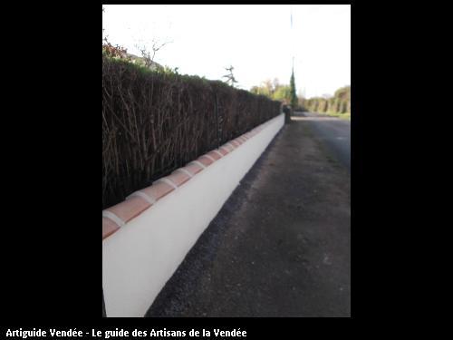Enduit sur mur de clôture y compris pose de tuile au dessus